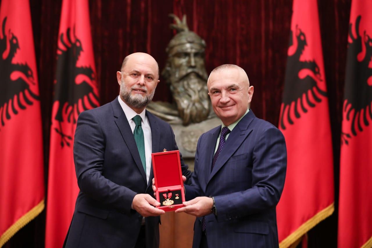 """Presidenti Meta vlerëson me titullin """"Mjeshtër i Madh"""", aktorin Petrit Malaj"""