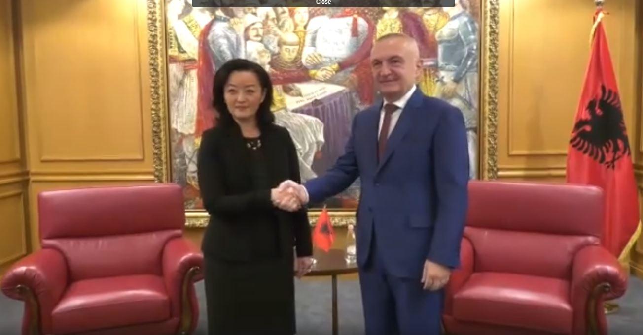 Manifestimi i Metës, ambasadorja amerikane Yuri Kim sqaron: U habita kur pashë flamurin tonë