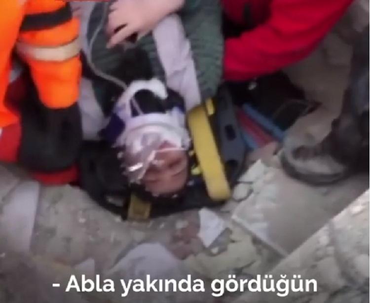 """VIDEO/ """"Më shpëtoni fëmijët"""", përlot nëna pasi nxirret nga rrënojat në Turqi"""