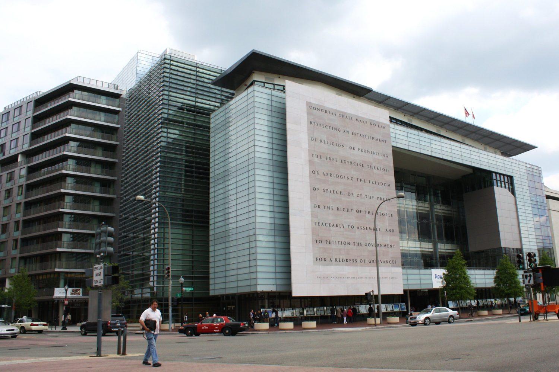 Kohë të veshtira për gazetarine tradicionale: Mbyllet muzeu i medias ne Washington