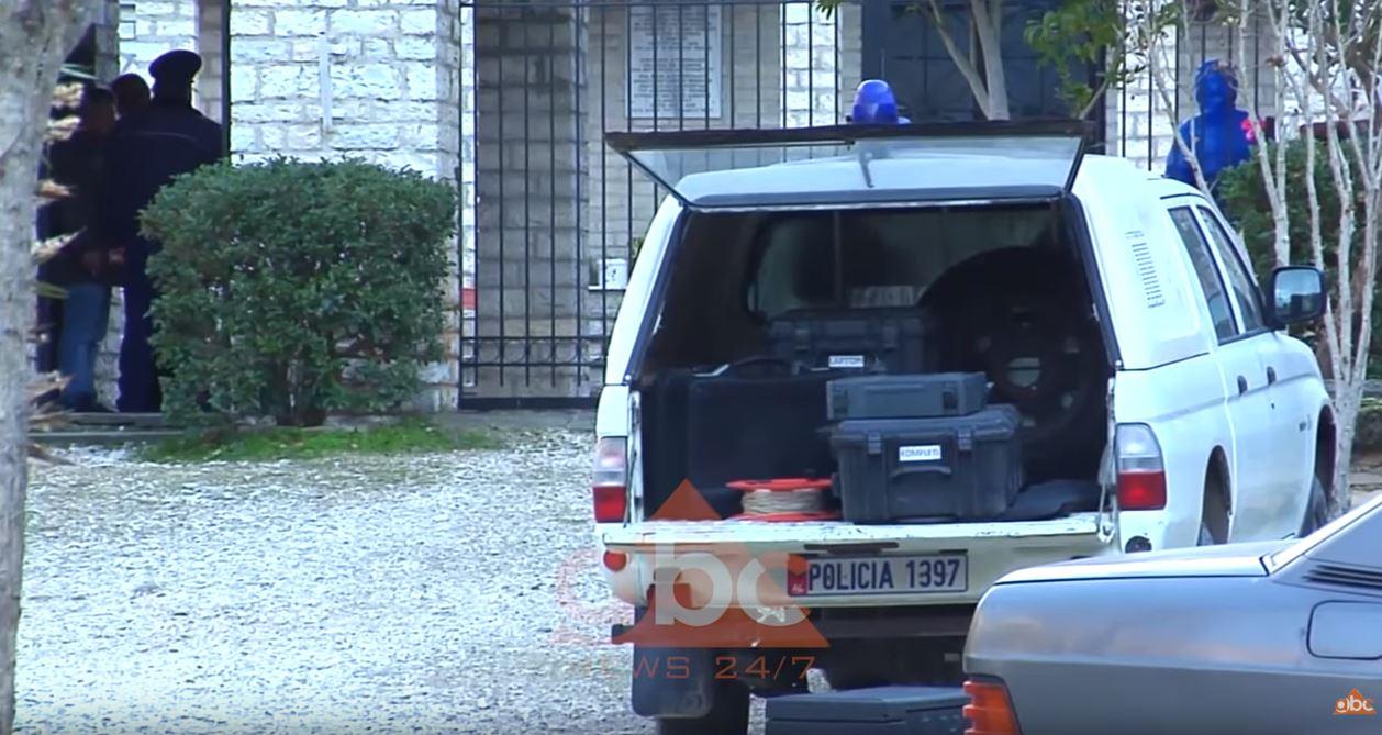 Një pako e mbështjellë me natriban në varrezat e Këlcyrës vë në alarm policinë
