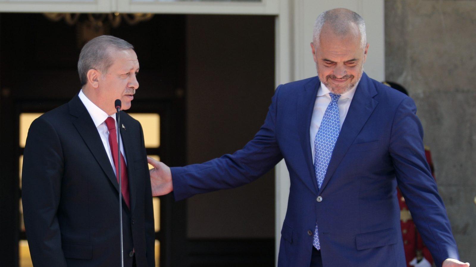 Stambolli dhe Tirana versione të kundërta mbi dëbimin e mësuesit turk