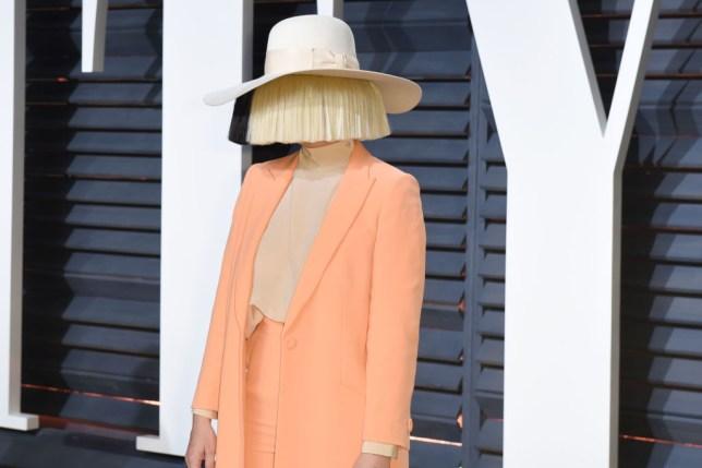 Në fshehtësi të plotë, Sia zbulon se tashmë është nënë për herë të parë