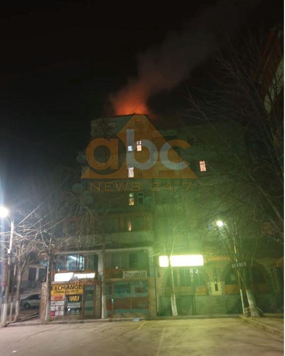 FOTO/ Zjarri djeg çatinë e pallatit, shpëtojnë banorët