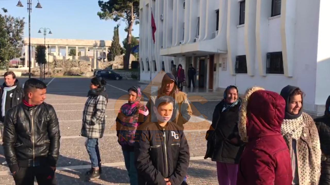 """""""Jemi me ngjyrë, s'na japin shtëpi"""", protestë para bashkisë së Lezhës"""