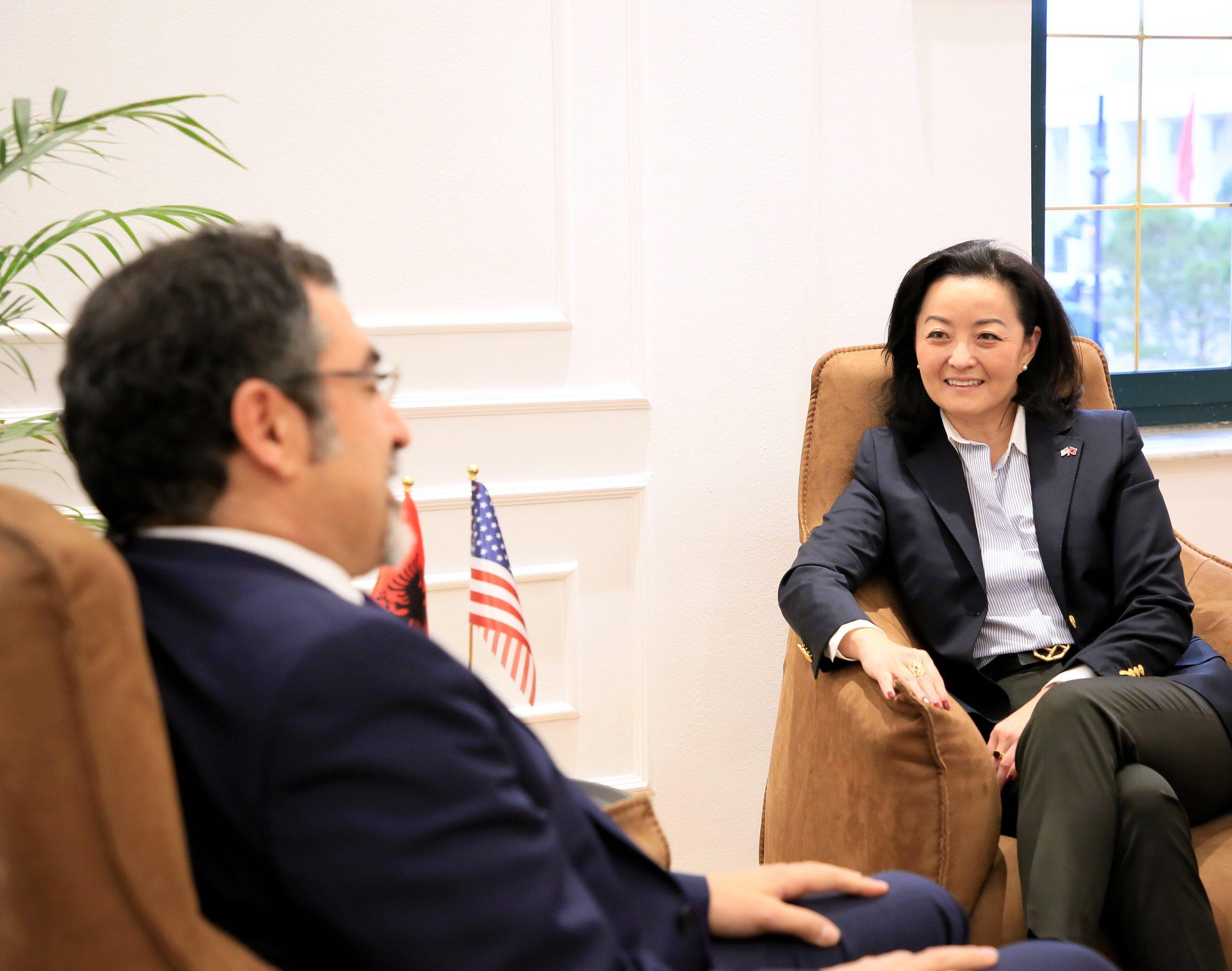 Ambasadorja Kim takon Çuçin:Të nxisim tregtinë mes SHBA-së dhe Shqipërisë