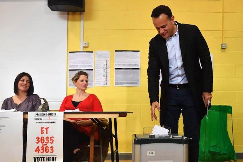 Zgjedhjet e parakohshme në Irlandë, tre parti marrin gati vota të barabarta