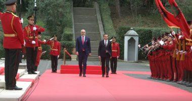 Albin Kurti nis vizitën në Tiranë, pritet me ceremoni zyrtare nga Kryeministri Rama