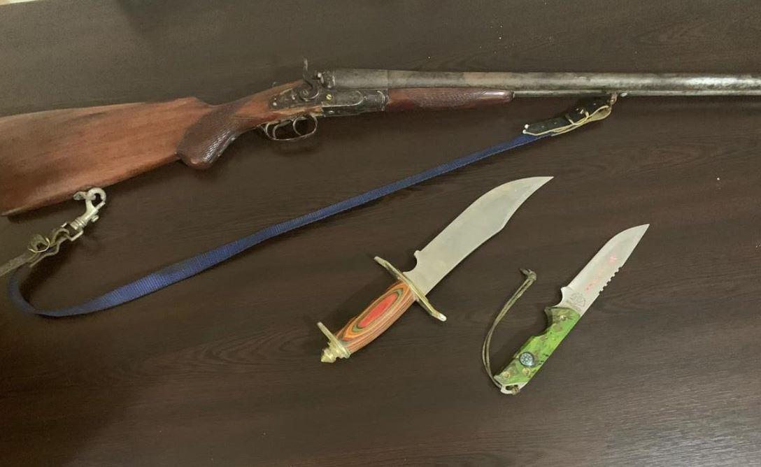 """""""Armë gjahu dhe 2 thika me vete"""", kapet në flagrancë 51-vjeçari"""