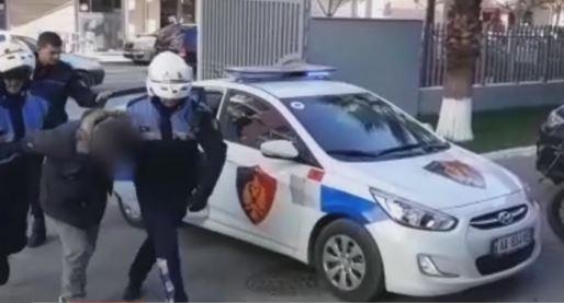 THRILLER/ Durrsaku vjedh motorin e tij dhe e fsheh tek shtëpia e shokut: Policia e gjen, ai kërkon 3 500 euro