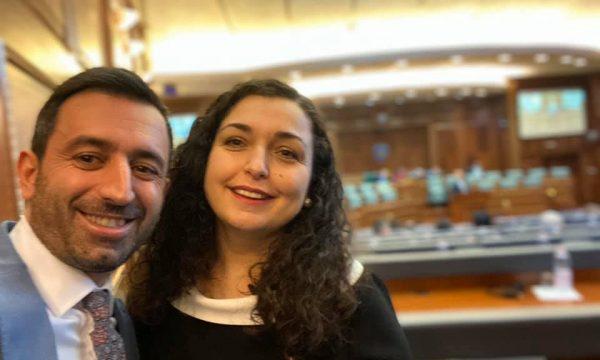Deputeti i përgjigjet kritikave me një foto me Vjosa Osmanin