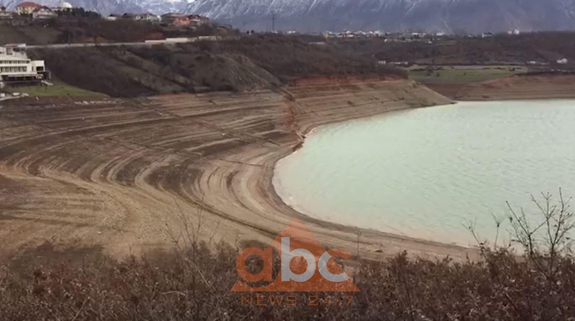Pamje të pabesueshme: Si ka rënë niveli i ujit në liqenin e Fierzës