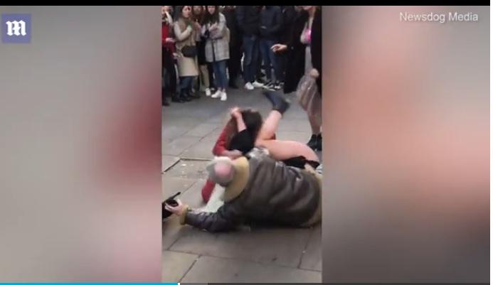 VIDEO/ Grushte dhe shkulje flokësh, sherr në mes të rrugës mes grave