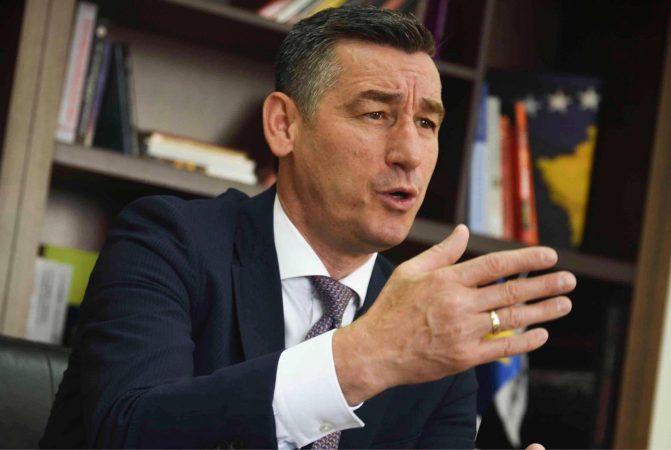 Veseli për heqjen e taksës: Qeveria mos të dorëzohet para Serbisë