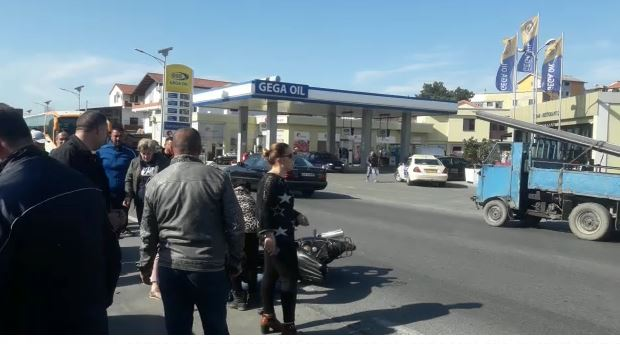 Aksident në Lezhë, motoçikleta përplaset me makinën: 2 persona dërgohen në spital