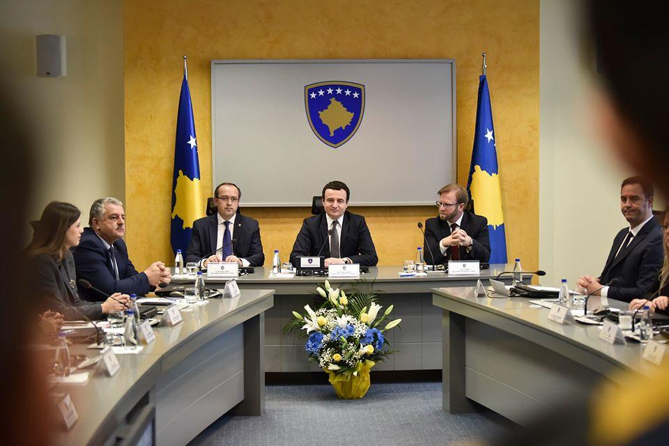 Albin Kurti në mbledhjen e parë të qeverisë: Karriget i kemi, por më shumë do të rrimë në këmbë