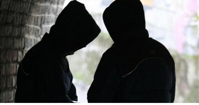 Kumar, borxhe dhe drogë/ Shqiptarët kërcënojnë italianin, por bien në prangat e policisë