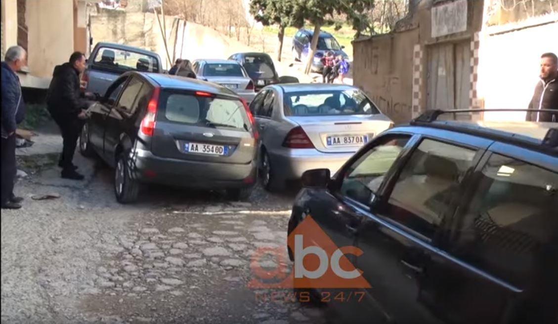Durrës, rruga e pakalueshme në lagjen 8 dhe pse afër qendrës, ankohen banorët