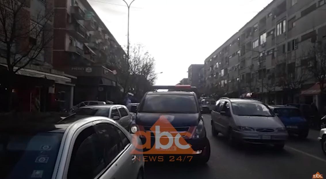 Dy persona me kapele dhe syze iu drejtuan makinës të armatosur, objektivi shpëton prej guximit