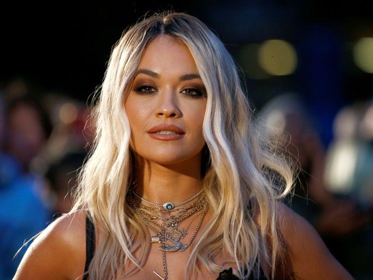 Një kujtim i ëmbël i fëmijërisë, Rita Ora bën tatuazh në gjuhën shqipe