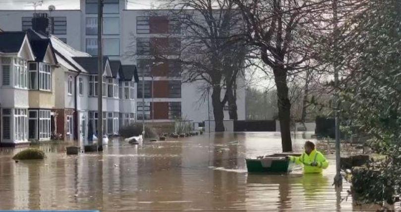 Britania e Madhe rrezikohet nga përmbytjet, autoritetet paralajmërojnë banorët