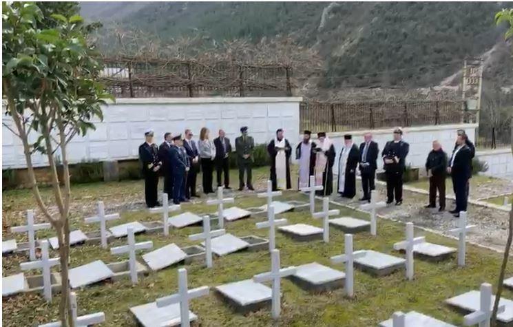 Këlcyrë, varrosen eshtrat e 20 ushtarëve grekë të vrarë në Shqipëri