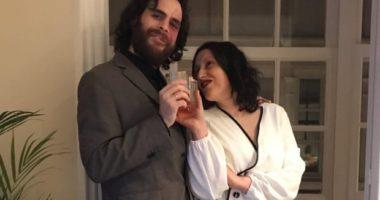 Anullojnë dasmën për shkak të pandemisë, çifti spanjoll martohet në ballkon