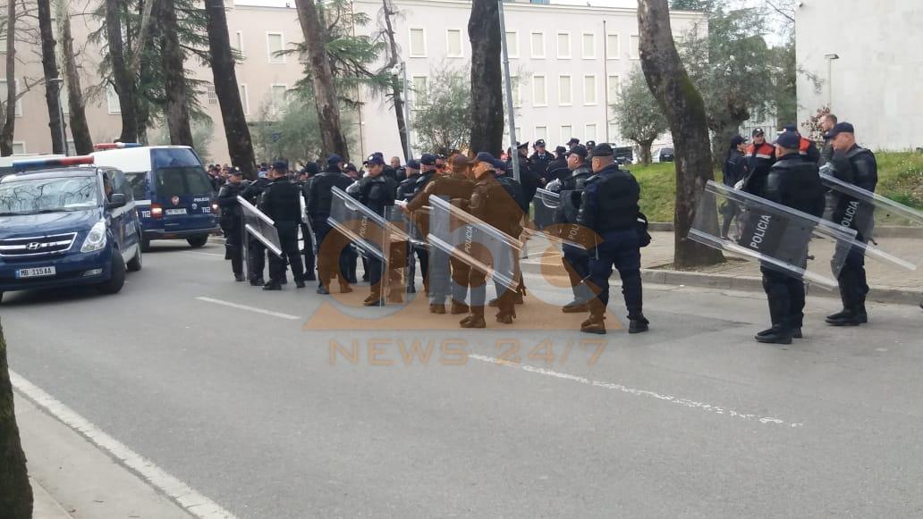 FOTO/ Pas pak fillon, çfarë i pret protestuesit pas kryeministrisë nëse tensionohet situata