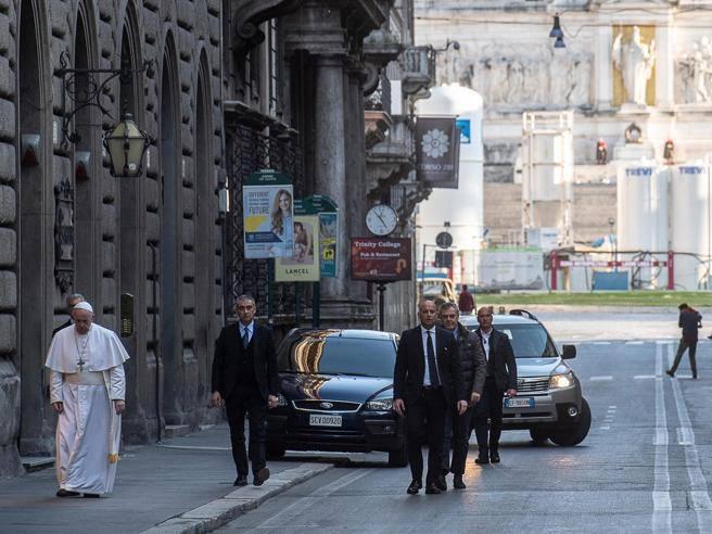 Papa Francesco në këmbë në qendër të Romës, vizitë private në dy kisha për t'u lutur për përfundimin e pandemisë