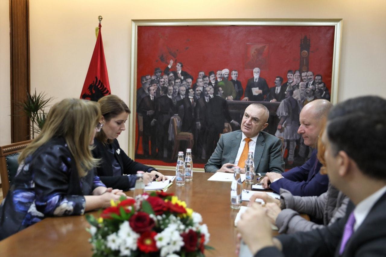 """""""Qytetarët të respektojnë këshillat"""", presidenti Meta takon ministren e Shëndetësisë: Domosdoshmëri bashkëpunimi i ngushtë"""