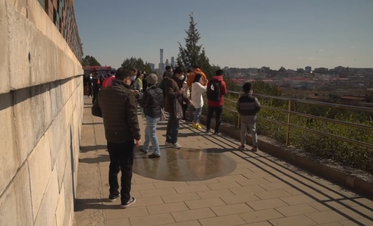 VIDEO/ Rifillon jeta në Pekin, njerëzit mbushin parqet  plot