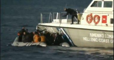 Njerëzimi ka vdekur: Rojet bregdetare greke qëllojnë me armë dhe tentojnë të fundosin gomonen me emigrantë