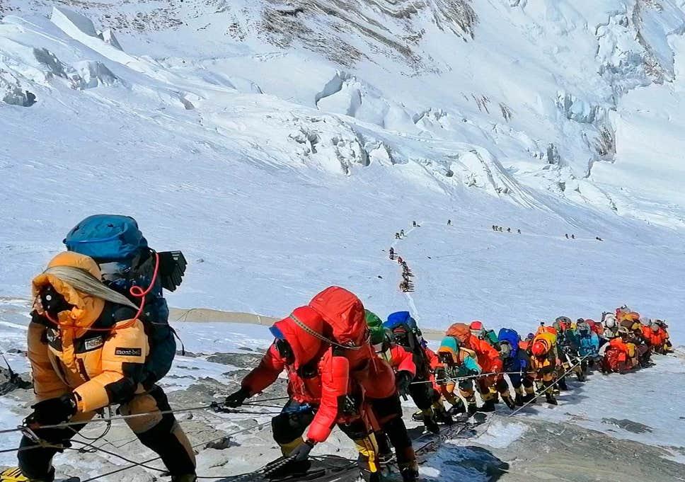 """Koronavirusi """"gjunjëzon"""" Everestin, anulohen ngjitjet në malin më të lartë të botës"""
