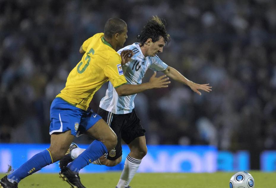 """""""Messi më i miri në histori, e bënim me radhë për ta goditur me shkelma"""""""