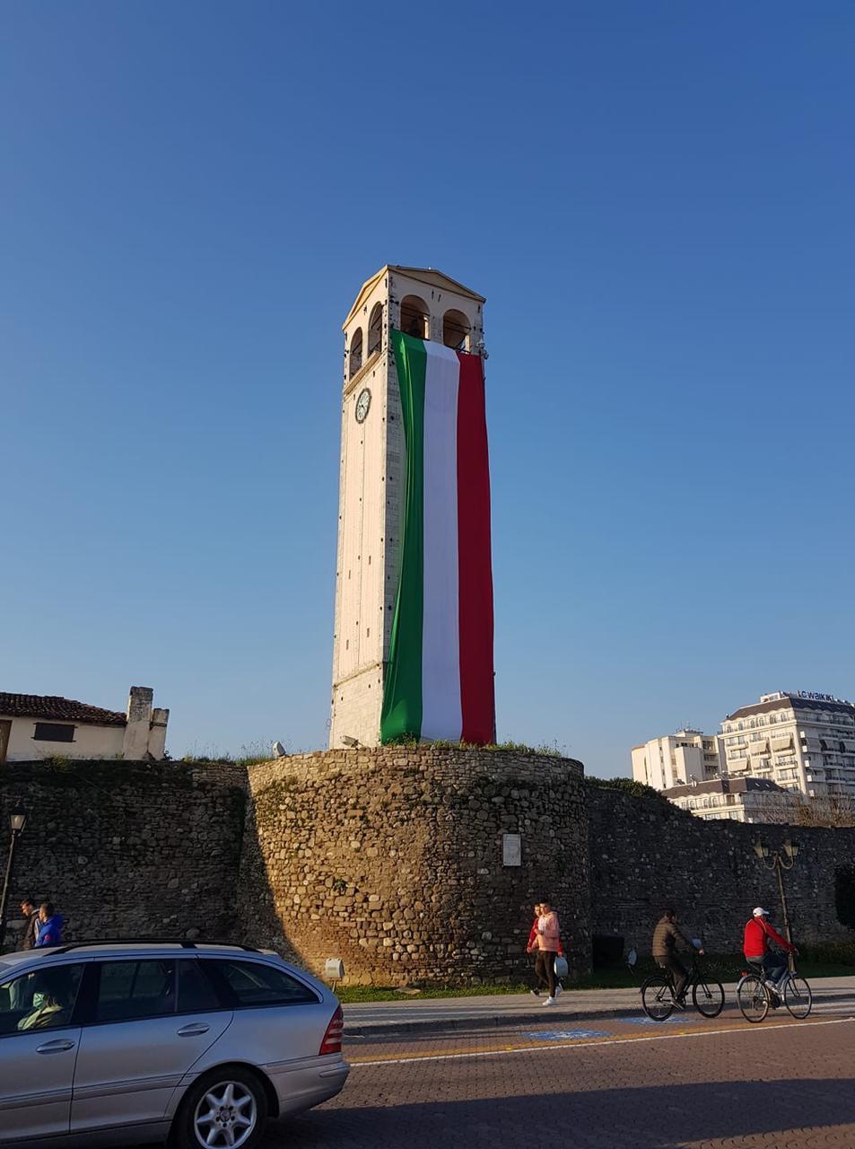 Qyteti shqiptar shpalos flamurin, solidarizim me dhimbjen italiane