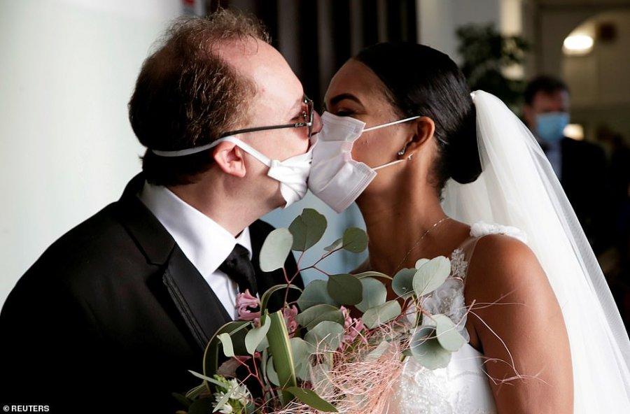 FOTO/ Martesë në kohët koronavirusit