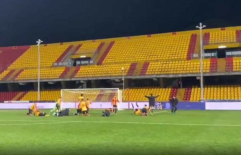 VIDEO/ Stadiumi i boshatisur, por shikoni si feston ekipi i Beneventos