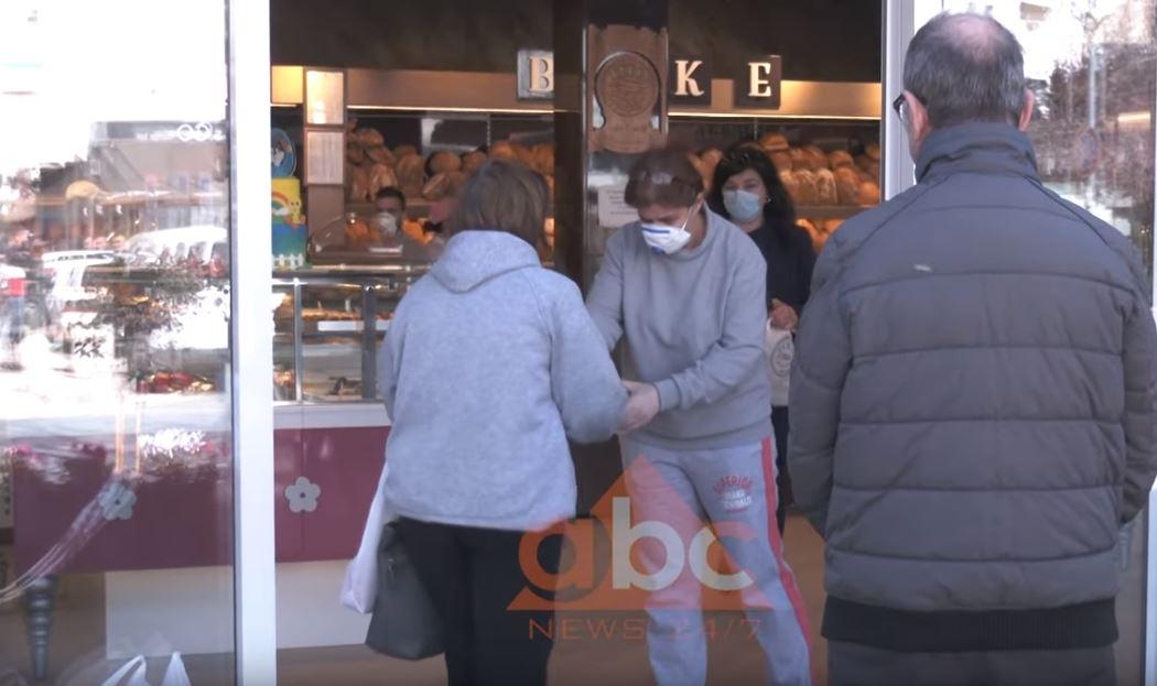 Radhë për blerje buke në furra, qytetarët të ndërgjegjësuar ruajnë distancën