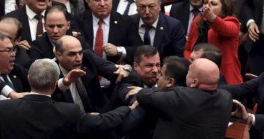 Plas grushti në Parlamentin e Turqisë