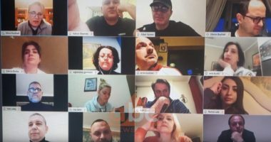 Pa grim e kostum dhe me flokë pa krehje, deputetet shqiptarë mbledhje online
