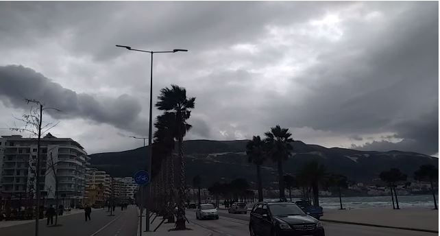 Moti i keq, pezullohet lundrimi i të gjitha mjeteve në Vlorë
