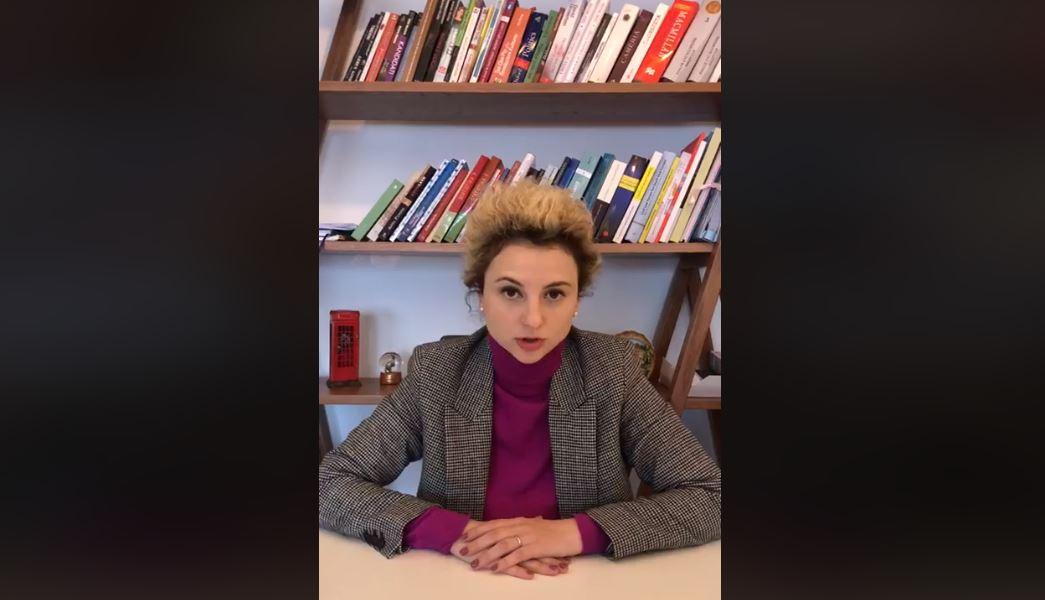 """""""Haram qumshtin e nënës për këdo që vë dorë mbi nje grua"""": Erisa Xhixho proteston për 8 Marsin"""