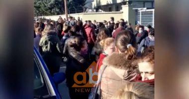 Mbyllen fasonet dhe call center-et, punonjësit protestuan për kushtet e punës