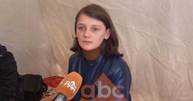 """""""Xhaxhi kryeministër më ndihmo me një konteiner"""": Thirrja rrëqethëse e 15 e vjeçares që fle në tokë"""