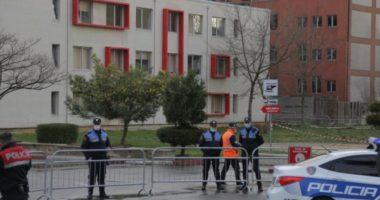 Situata në Spitalin e Infektivit, qytetarët nuk respektojnë distancën: Vështirësi për të gjetur maska