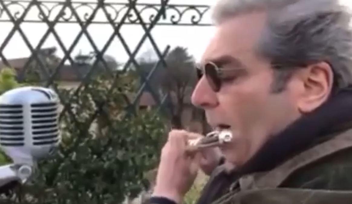 VIDEO/ Në shenjë mirënjohje, italiani interpreton nga ballkoni himnin shqiptar