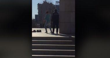 """VIDEO/ Polici zë gafil kërcimtarin e """"guximshëm"""" që thyen karantinën në mes të Tiranës"""