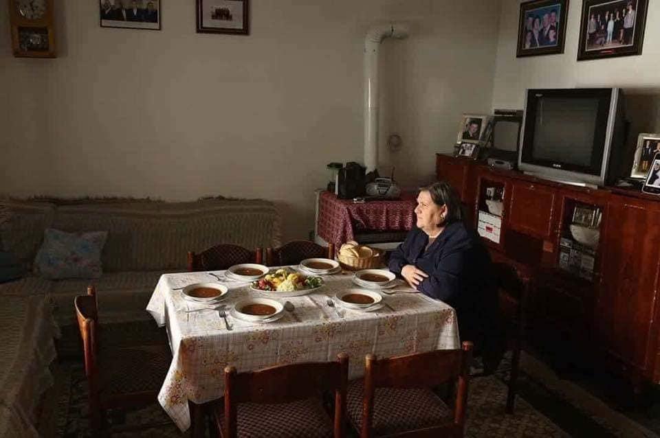 E vetme në tavolinën me 6 pjata, 21 vite më parë serbët i vranë burrin dhe katër djemtë