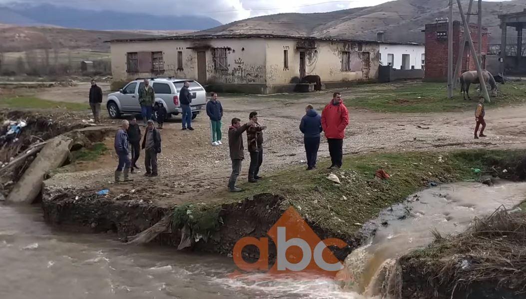 Reshjet e dendura të shiut, shembet ura në Pogradec