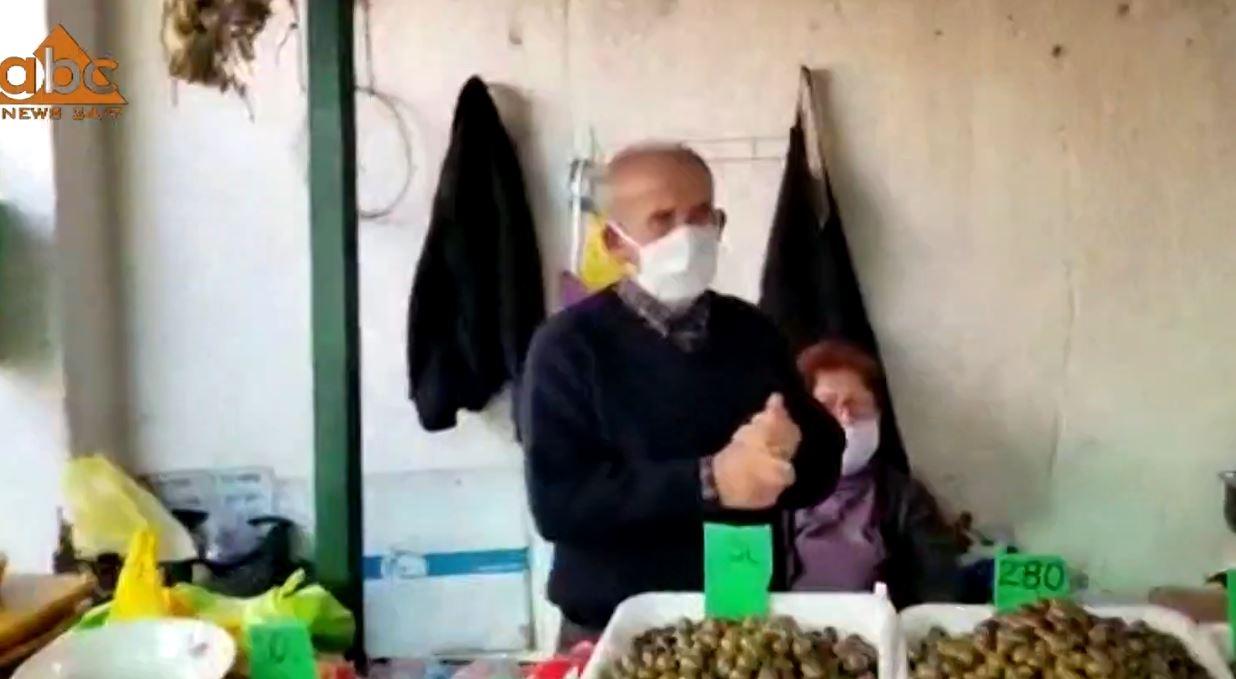 """""""Pas orës 10 në shtëpi"""": Qytetarët mbushin tregjet në Shkodër, tregtarët ankohen për orarin"""